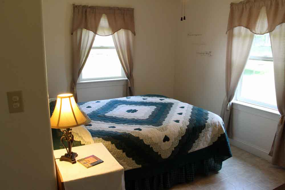Dutch Homestead Amish lodging master bedroom